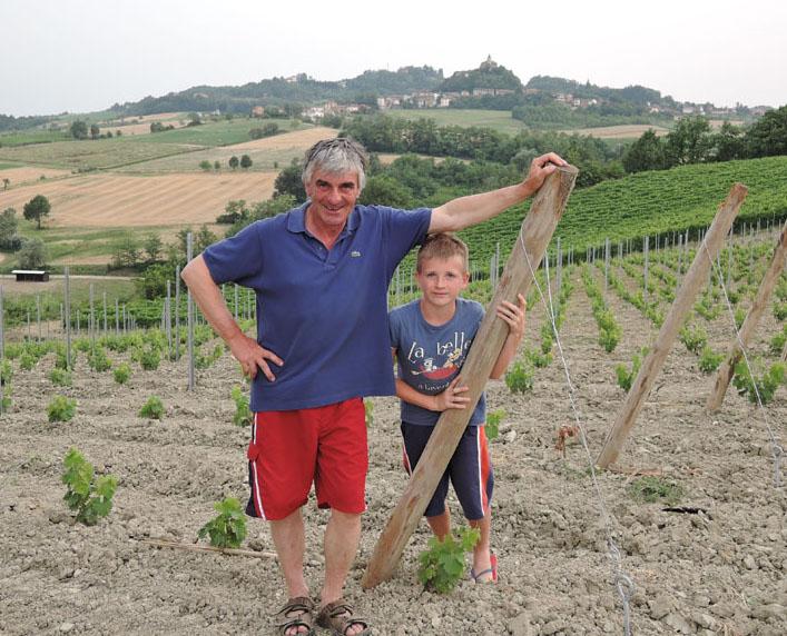 Claudio Mariotto con il figlio Filippo in una nuova vigna di Timorasso con alle spalle una vigna di Barbera.